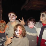 Fünf Jungs sind gruselig passend zu Halloween geschminkt. Es ist bereits dunkel und die Jungen posieren für die Kamera und machen ernste Gesichter.